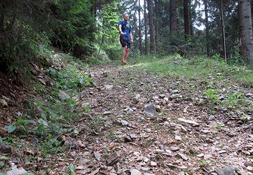 Läufer am Ende eines steilen Anstiegs