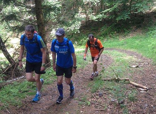 Läufer auf steiler Bergauf-Passage