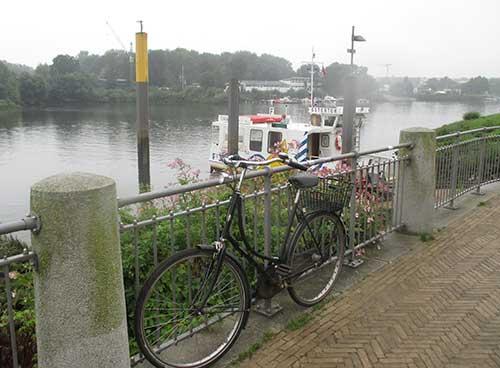 Hollandrad und Fähre am Osterdeich