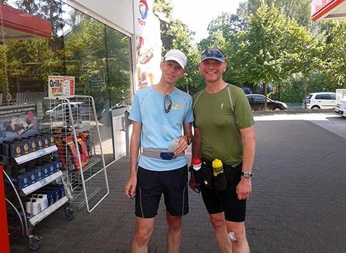 Läufer beim Erfrischungsstopp an einer Tankstelle