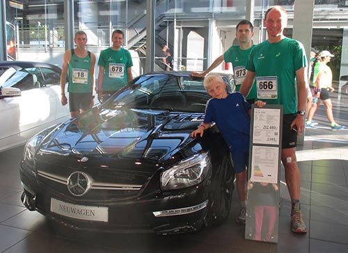 Traditionelles Tegel-Halbmarathon-Foto: Läufer mit Luxusauto