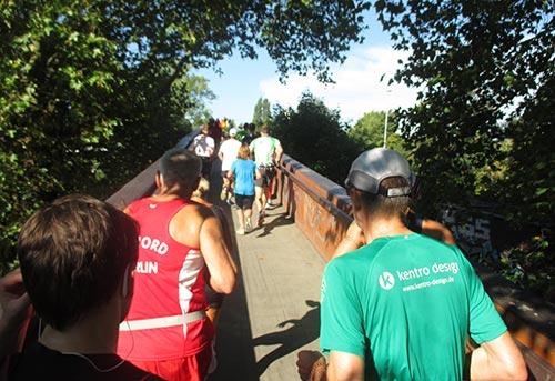 Anstieg über die Brücke