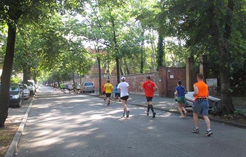 Schlange der Läufer auf der Veitstraße