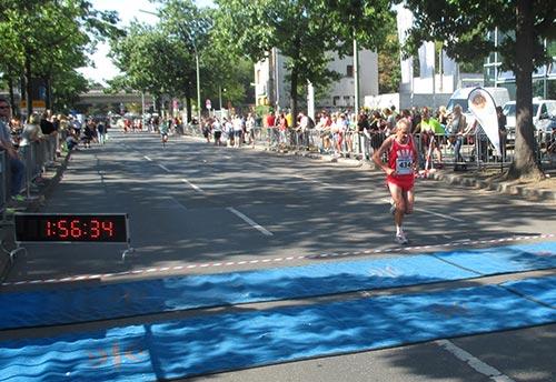 Der erste Berlin-Marathon-Gewinner überquert die Ziellinie beim Tegel-Halbmarathon