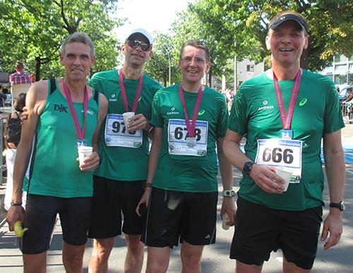 Läufer-Gruppenfoto im Ziel