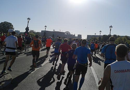 Läufer auf Höhe des Berliner Reichstags