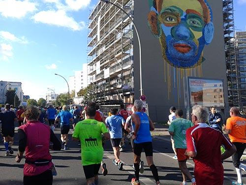 Marathon-Läufer und buntes Wandgemälde Gesicht