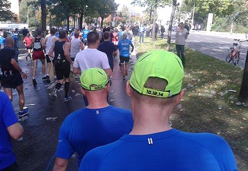 Am rechten Straßenrand gehende Teilnehmer des Berlin-Marathon