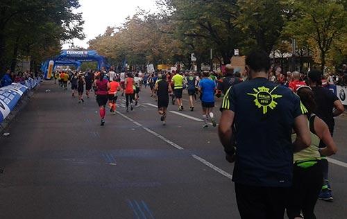 Berlin-Marathon-Läufer auf der Straße Unter den Linden