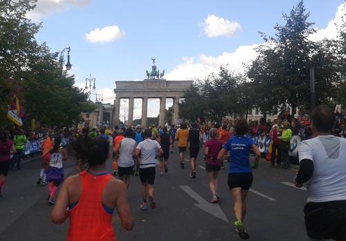Marathonläufer vor dem Brandenburger Tor
