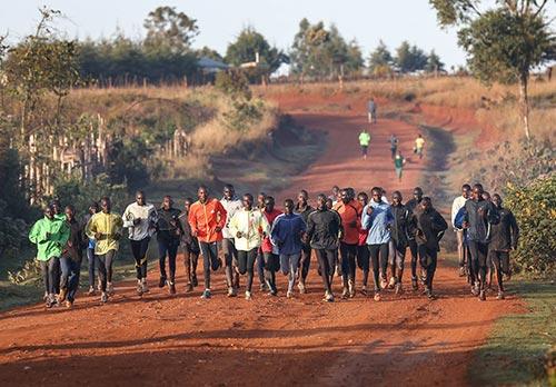 Kenianische Läufer beim Lauftraining