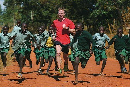 Jan Fitschen läuft mit kenianischen Kindern