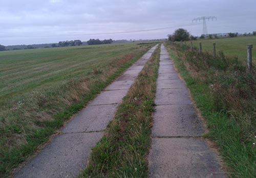 Endlose Plattenwege beim Laufen Richtung Genshagen