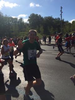 Berlin-Marathon-Läufer auf Höhe der Philharmonie