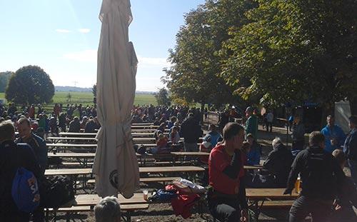 Schöne Atmosphäre im Biergarten nach dem Diedersdorfer Schloss-Wiesen-Lauf