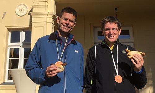 Dafür waren wir gekommen: Ton-Medaille und Bratwurst