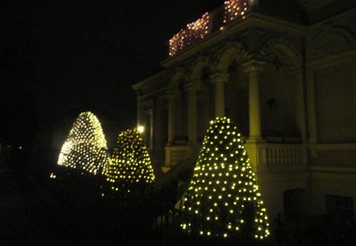 Festliche Weihnachtsdekoration an einem Haus in Marienfelde