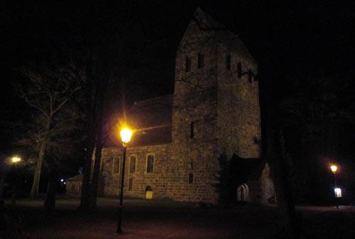 Marienfelder Dorfkirche in der Dunkelheit