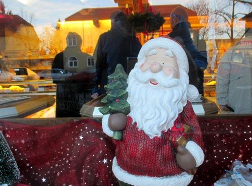 Weihnachtsmann im Schaufenster eines Bäckers