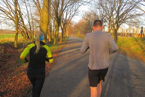 Laufen am sonnigen Morgen bei Friederikenhof