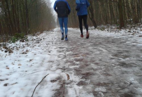 Läufer auf vereistem Weg