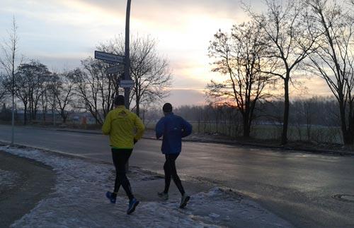 Laufen im Winter bei Sonnenaufgang