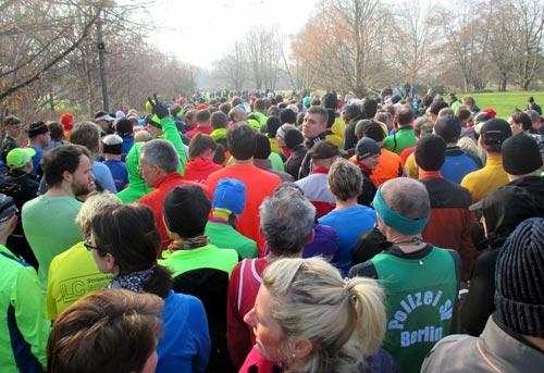 Läufer vor dem Start des Britzer Garten Laufs