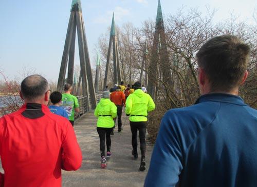 Läufer kurz vor der Brücke im Britzer Garten