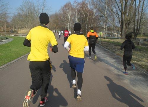 Zwei Läufer mit gelben Shirts