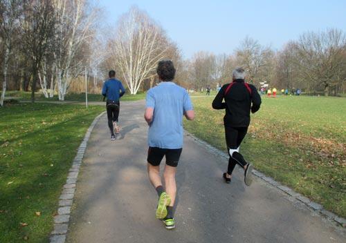 Läufer in kurzer Hose beim Britzer Garten Lauf