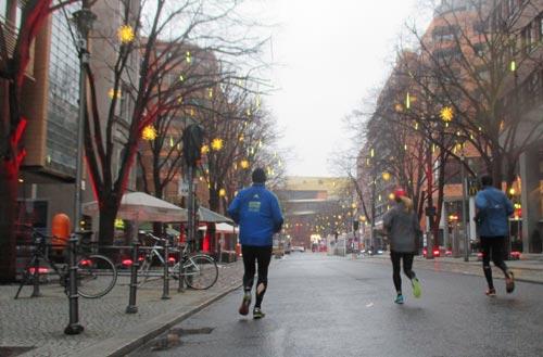 Läufer auf der Straße zum Berlinale-Palast