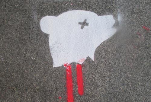 Graffiti-Bär auf dem Fußweg