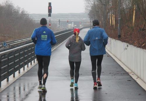Läufer auf dem neuen Fußweg Richtung Südkreuz