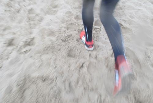 Laufen durch den Sand ist anstrengend