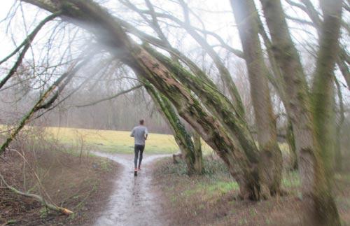 Durch den Regen laufen