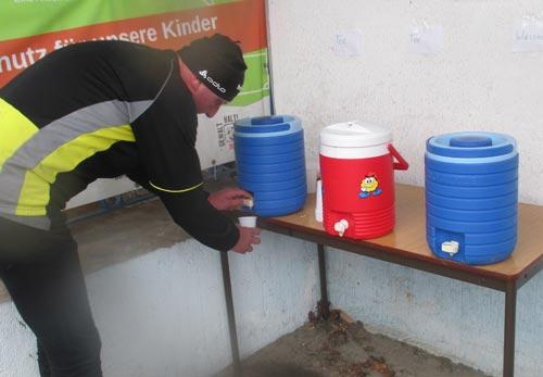 Versorgung mit Tee und Wasser nach dem Crosslauf