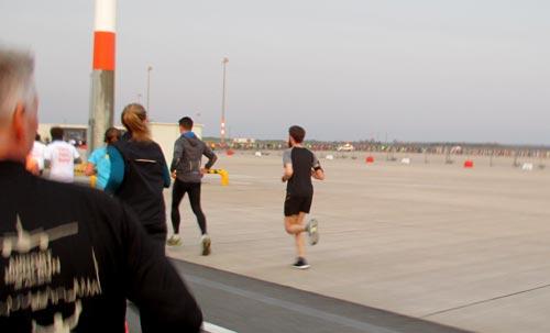 Läufer auf dem Flughafen BER