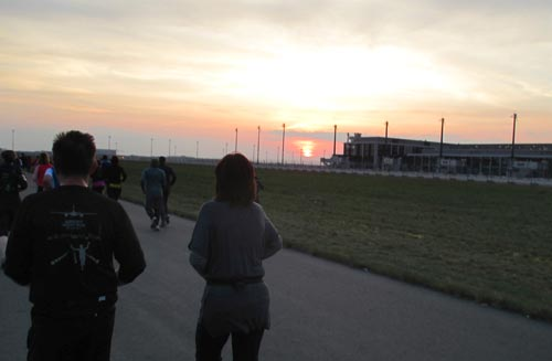 Läufer vor Sonnenuntergang beim Airport Night Run