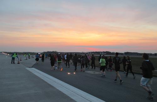 Läuferfeld des 10-km-Laufs vor Sonnenuntergang