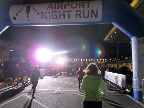 Zieleinlauf beim Airport Night Run auf dem BER Berlin Brandenburg