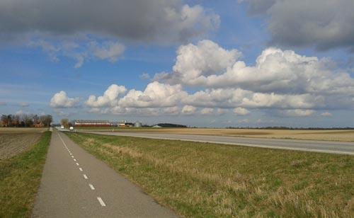 Endlose Straße mit weiter Landschaft
