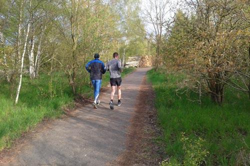 Läufer auf dem Berliner Mauerweg Richtung Kirschbaumallee