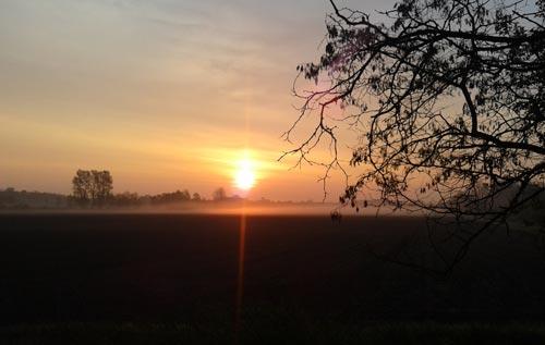 Sonnenaufgang beim morgendlichen Tempodauerlauf