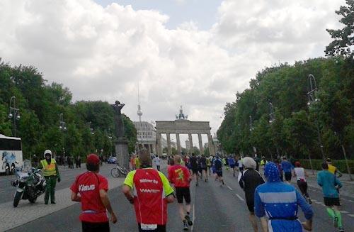 Das Brandenburger Tor mit den Läufern des Big25
