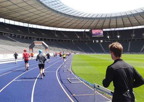 Einlauf ins Olympiastadion mit dem Spendentor