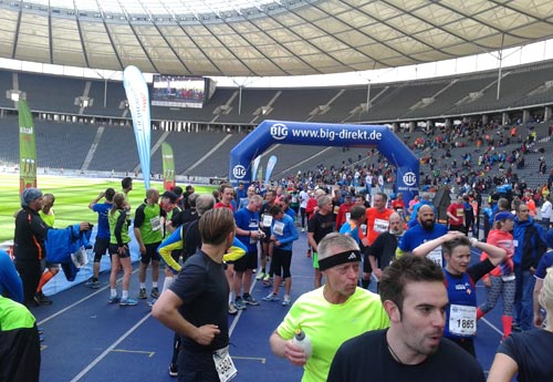 Läufer des Big25 im Ziel im Olympiastadion