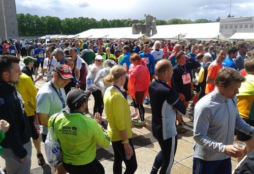 Läufer im Verpflegungsbereich hinter dem Marathontor des Olympiastadions