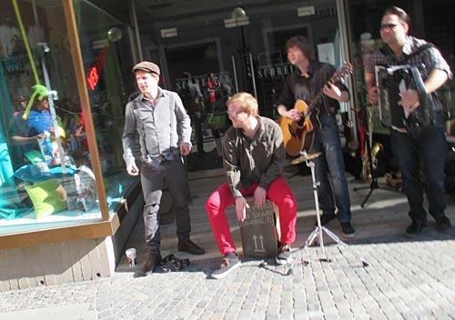 Eine Band spielt Jump von Van Halen mit dem Akkordeon