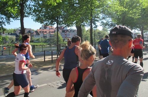 Halbmarathon-Läufer an der Donau