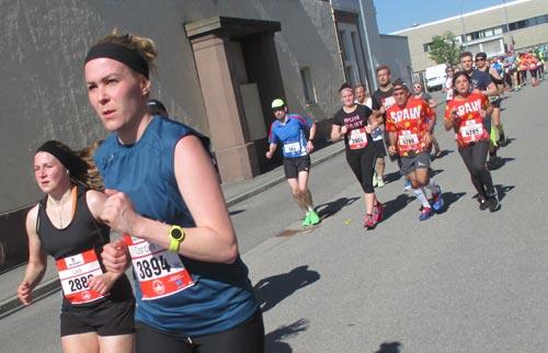 Entgegenkommende Läufer auf der Pendelstrecke